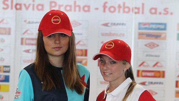 Modelky předvádějí dvě nové sešívané verze dresů Slavie - vlevo kombinace tmavě modré s tyrkysovou pro zápasy venku, vpravo tradiční červenobílá pro domácí duely.