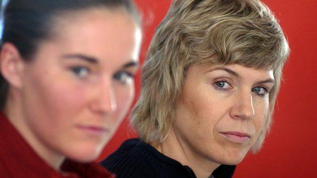 Kateřina Neumannová (vpravo) a Šárka Záhrobská na vyhlášení ankety Král bílé stopy.