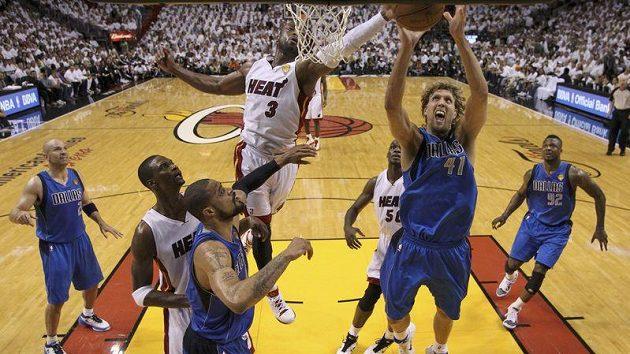Dirk Nowitzki (vpravo) z Dallasu Mavericks bojuje o míč ve finále NBA proti Miami Heat s Dwyanem Wadem.