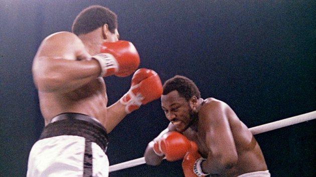 Momentka z jednoho ze tří legendárních duelů Muhammada Aliho (vlevo) a Joea Fraziera ve filipínské Manile v roce 1975.