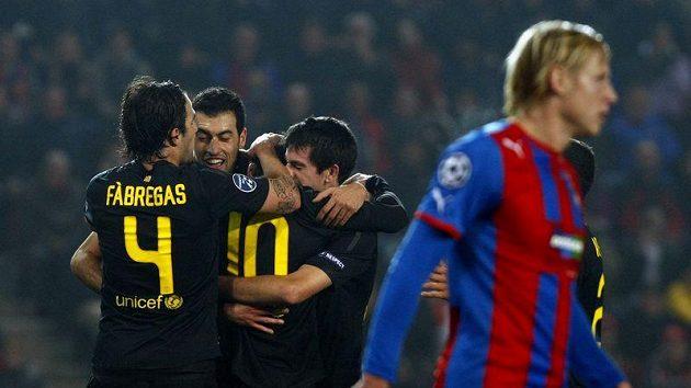 Fotbalisté Barcelony oslavují proměněnou penaltu Lionela Messiho.
