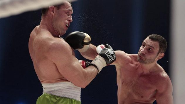 Vitalij Kličko (vpravo) zasazuje úder Albertu Sosnowskému.