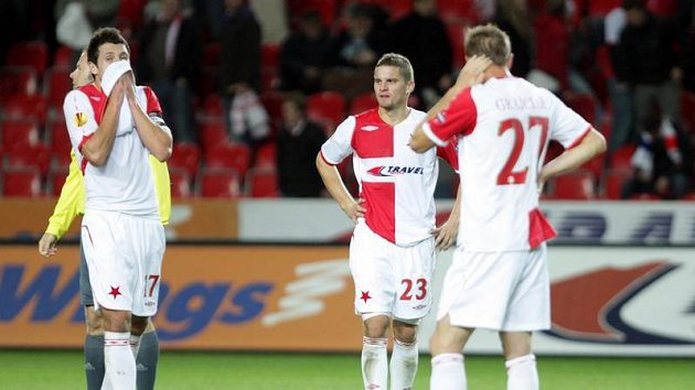 Smutní fotbalisté Slavie Marek Suchý (vlevo), Vladislav Volešák (uprostřed) a Peter Grajciar.