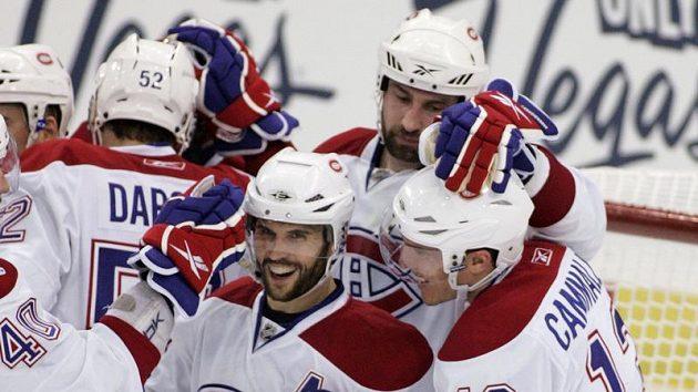 Roman Hamrlík (vzadu) oslavuje se spoluhráči z Montrealu vyrovnání série play-off s Pittsburghem.
