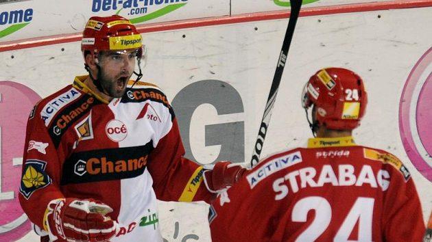 Tomáš Svoboda (vlevo) se raduje se svým spoluhráčem ze Slavie Michalem Vondrkou.
