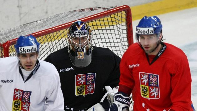 Český brankář Jakub Štěpánek (uprostřed) při reprezentačním tréninku