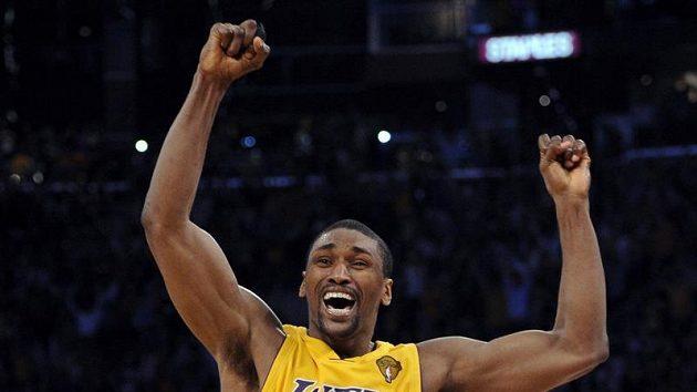 Hrdina zápasu hříšník Ron Artest se raduje z vítězství Lakers.