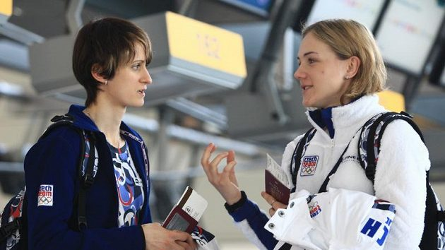 Rychlobruslařky Martina Sáblíková (vlevo) a Karolína Erbanová před odletem do zámoří na olympijské hry