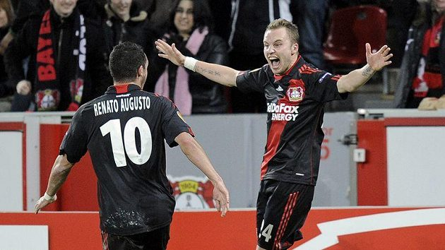 Michal Kadlec z Bayeru Leverkusen (vpravo) oslavuje svou branku do sítě Villarrealu se spoluhráčem Renatem Augustem.