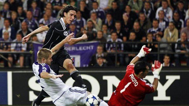 Obránce Anderlechtu Ondřej Mazuch (v bílém) nestačil zabránit Cleovi z Partizanu Bělehrad ve skórování.