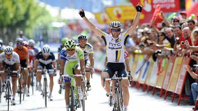 Švýcarský cyklista Michael Albasini oslavuje triumf ve 13. etapě Vuelty.