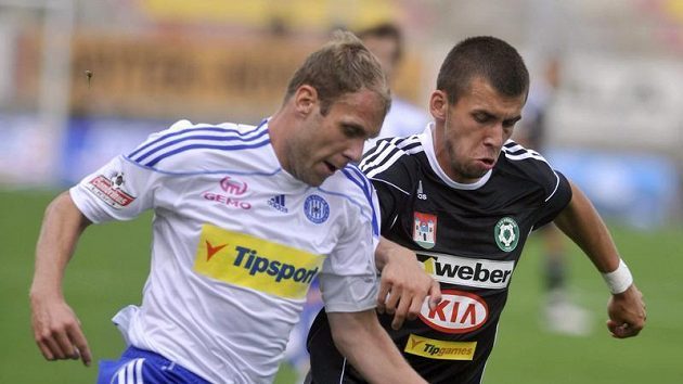 Milan Jurdík z Příbrami (vpravo) brání Radima Kučeru z Olomouce.