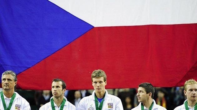 Čeští tenisoví reprezentanti v Davis cupu zleva nehrající kapitán Jaroslav Navrátil, Radek Štěpánek, Tomáš Berdych, Jan Hájek a Lukáš Dlouhý pózují po prohře se Španělskem.