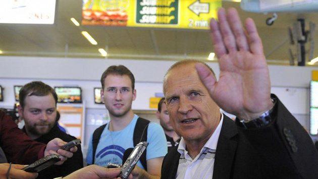 Trenér českých fotbalistů do 19 let Jaroslav Hřebík na letišti v pražské Ruzyni po příletu z mistrovství Evropy v Rumunsku.