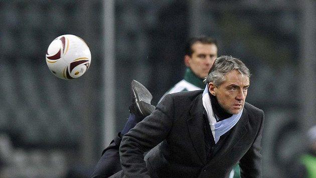 Manžer Manchesteru City Roberto Mancini i při zápasech svého týmu dokazuje, jakáý kouzla s balónem dovede.
