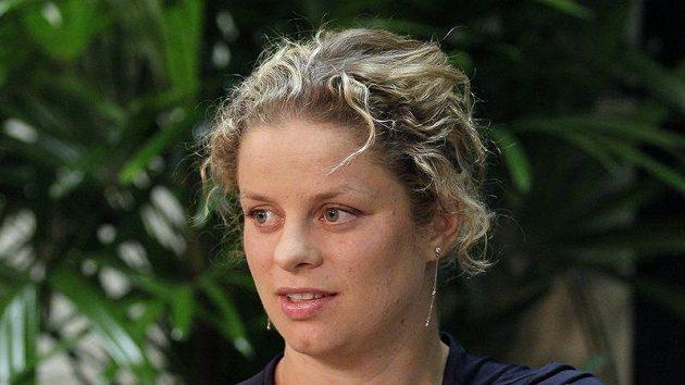 Kim Clijstersová ukazuje na bolavé rameno.