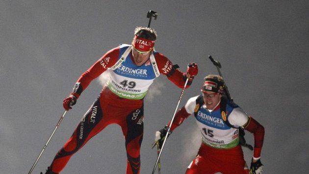 Norský biatlonista Emil Hegle Svendsen (vlevo) na trati v Ruhpoldingu