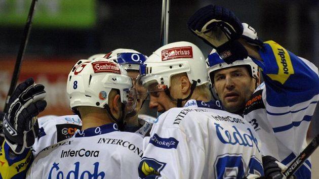Hokejisté Plzně se radují z branky do sítě Komety Brno.