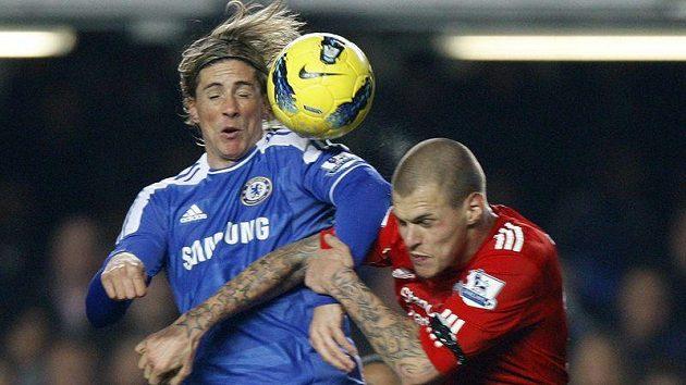 Martin Škrtel v barvách Liverpoolu (vpravo) hlídá Fernanda Torrese, hvězdu Chelsea.