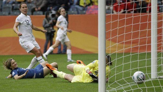 Američanka Lauren Cheneyová (druhá zleva) střílí první gól do sítě francouzské brankářky Berangere Sapowiczové během semifinále MS.