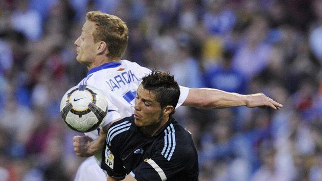 Jiří Jarošík v dresu Zaragozy (v bílém) bojuje o míč s Cristianem Ronaldem z Realu Madrid.