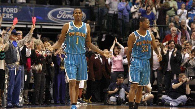Basketbalisté New Orleans Trevor Ariza (vlevo) a Willie Green