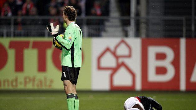 Gólman Stuttgartu Jens Lehmann (vlevo) stojí nad Aristide Bancem z Mohuče poté, co ho Lehmann fyzicky atakoval.