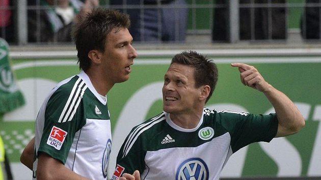Mario Mandzukic (vlevo) a Sasha Riether z Wolfsburgu se radují z branky.