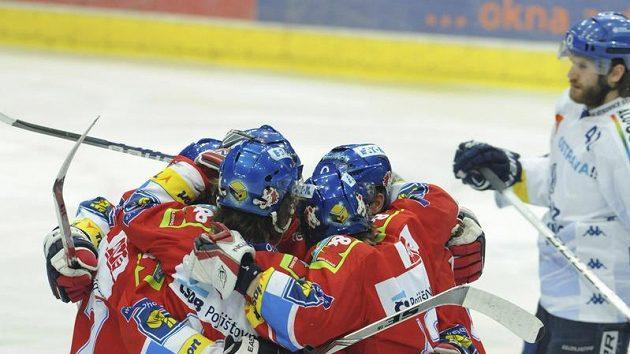 Hokejisté Pardubic se radují z branky do vítkovické branky ve finále extraligy.