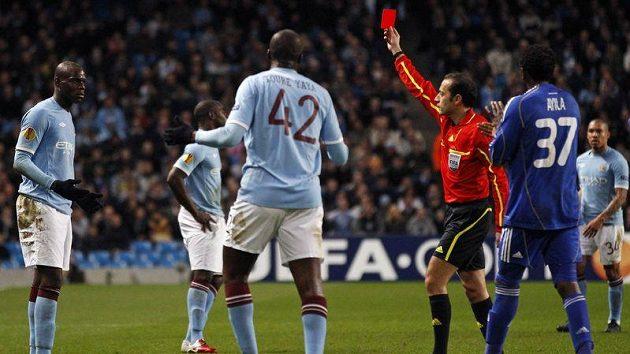 Mario Balotelli z Manchesteru City (vlevo) dostává červenou kartu po zákroku na Gorana Popova z Dynama Kyjev.