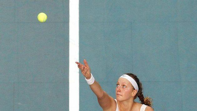 Petra Kvitová podává ve finále turnaje v Paříži proti Kim Clijstersové.