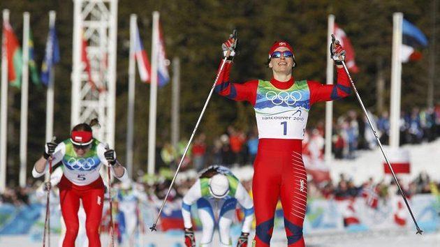 Norská lyžařka Marit Björgenová se raduje z vítězství ve sprintu olympijského závodu.