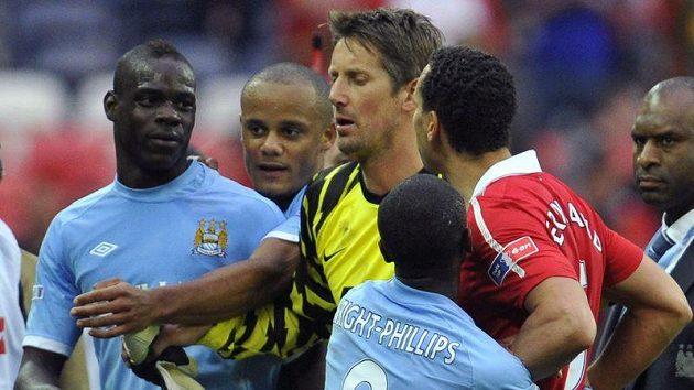 Mario Balotelli z Manchesteru City (vlevo) do často dostává do rozepří i v zápasech.