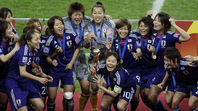 Fotbalové mistryně světa z Japonska, Homare Sawa dole s trofejí