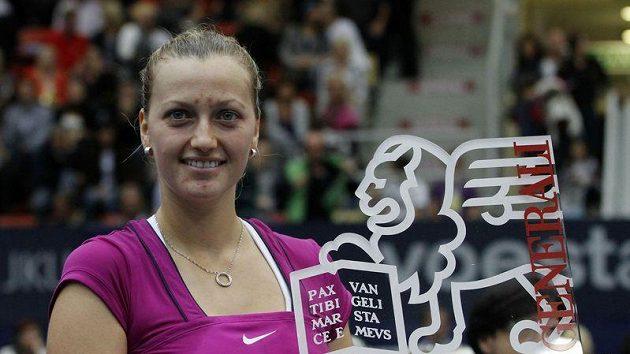 Petra Kvitová s trofejí pro vítězku turnaje v Linci