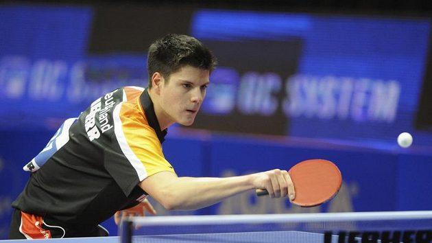 Stolní tenista Dimitrij Ovtcharov v boji s Josefem Šimončíkem na ostravském šampionátu.