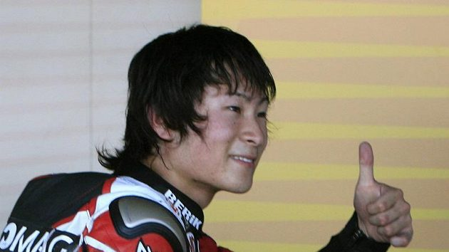 Radost Šoji Tomizawy po zisku pole position při květnové GP Španělska. Japonský závodník podlehl následkům zranění po pádu při GP San Marina.