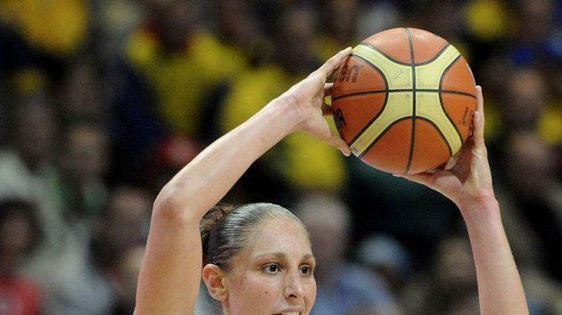 Americká basketbalistka Diana Taurasiová (vpravo) při MS v České republice.