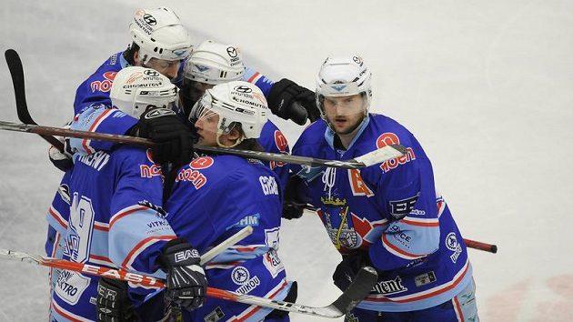 Hokejisté Chomutova se radují z branky.