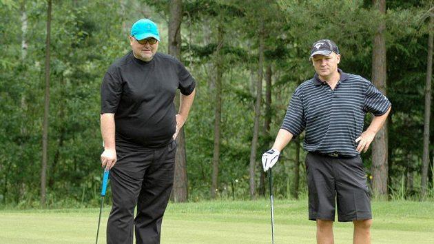 Místopředseda ČMFS Miroslav Kříž (vlevo) s předsedou svazu Ivanem Haškem během golfového turnaje osobností v Plzni-Dýšině.