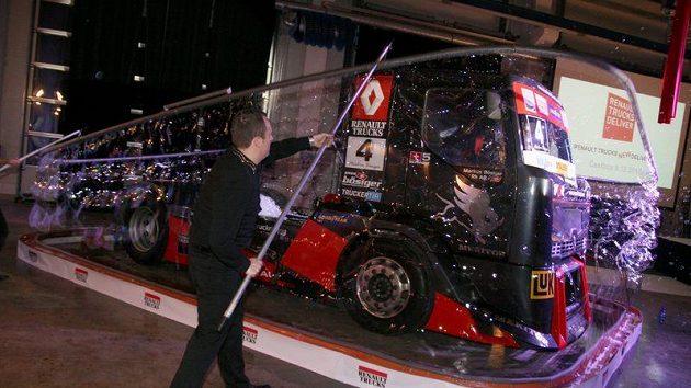 Bublinář Matěj Kodeš vytváří rekordní bublinu kolem závodního trucku stáje MKR Technology.