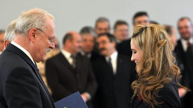 Natalie Babonyová při skládání olympijského slibu se slovenským prezidentem Gašparovičem