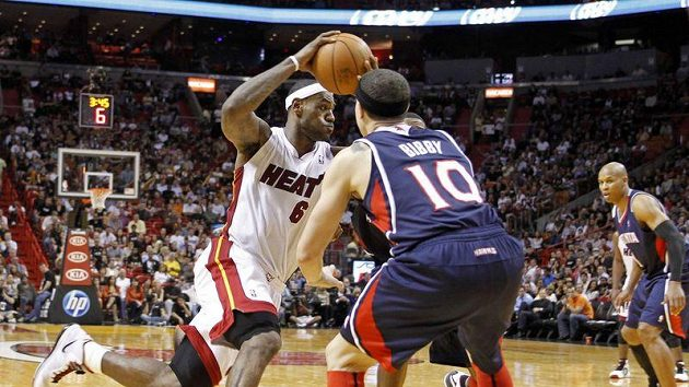 LeBron James z Miami (vlevo) se snaží prosmýknout kolem Mika Bibbyho z Atlanty.