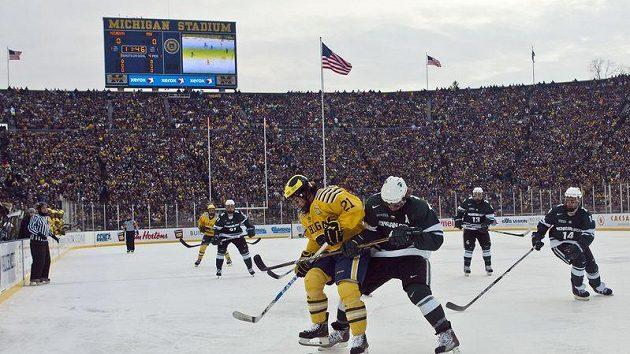 V zápase Michiganské a Michiganské státní univerzity padl divácký rekord na hokejové utkání - dorazilo 113 411 fanoušků.