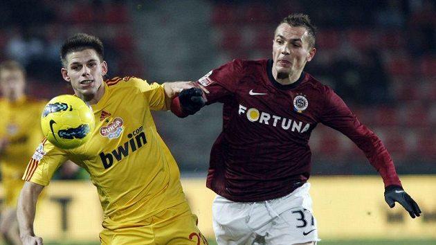 Fotbalista Dukly Praha Vrzal (vlevo) v souboji s Grajciarem ze Sparty