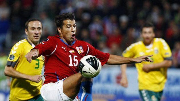 Milan Baroš zpracovává míč v kvalifikačním utkání s Litvou.