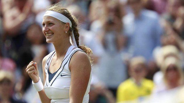 Tenistka Petra Kvitová se raduje z postupu do finále Wimbledonu po vítězství nad Viktorií Azarenkovou.