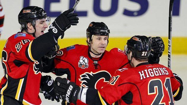 Hokejisté Calgary Aleš Kotalík, Daymond Langkow a Christopher Higgins (zleva).