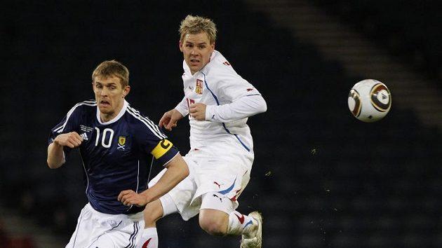 Tomáš Hübschman (vpravo) v souboji se skotským kapitánem Darrenem Fletcherem.