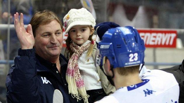 Trenér Vítkovic Alois Hadamczik se raduje z postupu do finále společně se svou vnučkou.